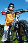 Lad på cykel — Stockfoto