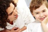 Gelukkige jongen en vader — Stockfoto