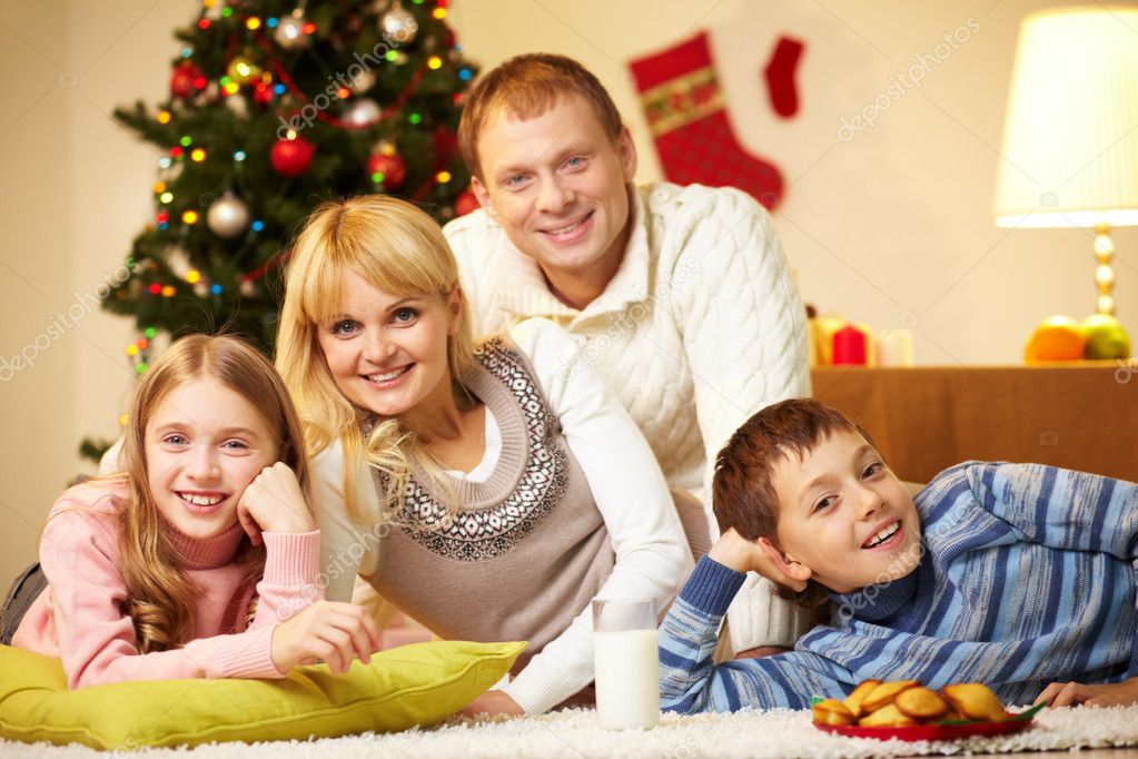 Portrait of four happy family members looking at camera with smiles — Stock Photo #11662577