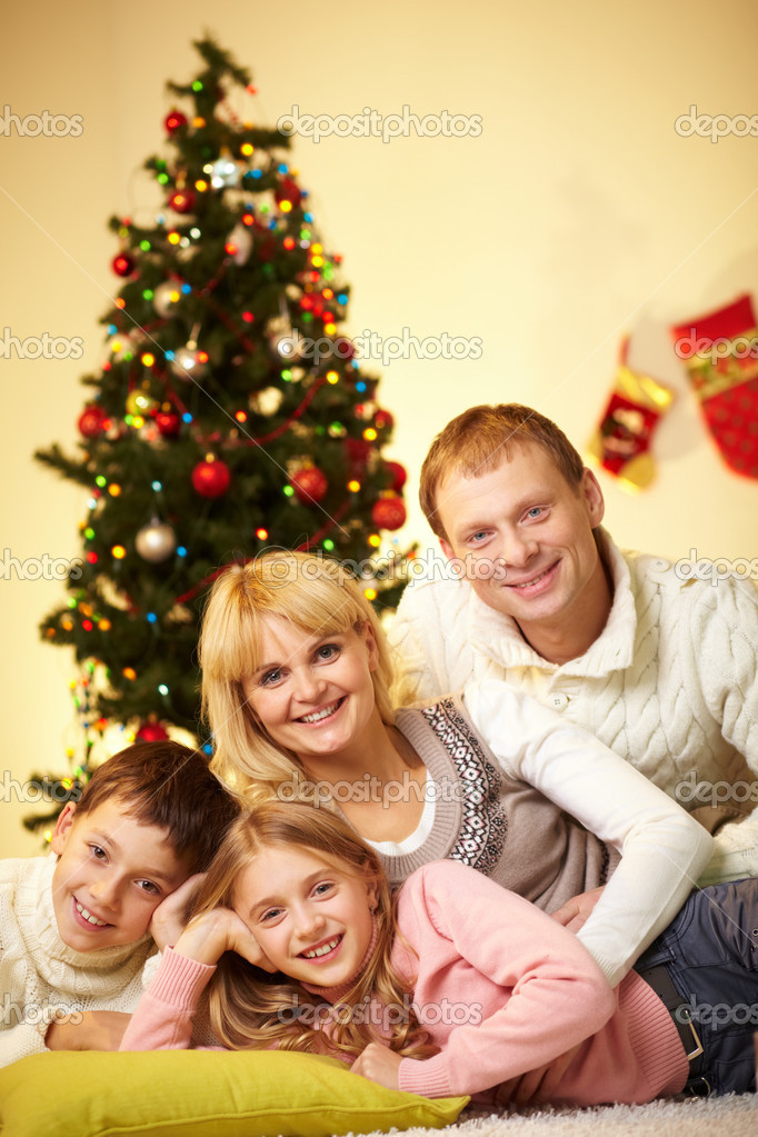 Portrait of four happy family members looking at camera at home — Stock Photo #11662580