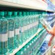 Kauf von Wasser — Stockfoto