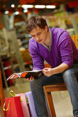 Shopper reading — Stock Photo