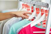 Mirando a través de la ropa — Foto de Stock