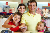 семья в магазине — Стоковое фото