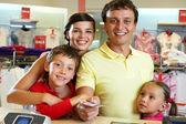 Familie im shop — Stockfoto