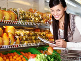 Frau im supermarkt — Stockfoto
