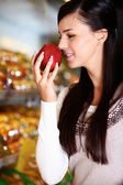 Smelling apple — Stockfoto