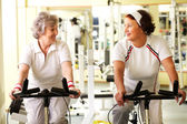 Senior friends in gym — Foto de Stock