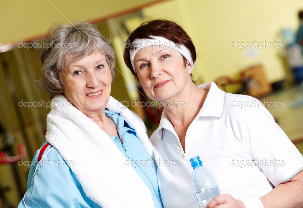 Portrait of senior females looking at camera in gym — Stock Photo #11674158