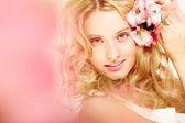 Dívka s květinami ve vlasech — Stock fotografie
