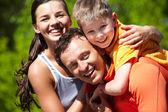 Liebevolle familie — Stockfoto