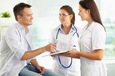 Signant le formulaire médical — Photo