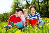 Friends reading — Foto de Stock