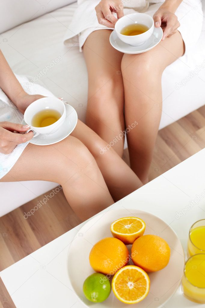 Females enjoying their day in the spa with tea and fresh fruit — Stok fotoğraf #12510193