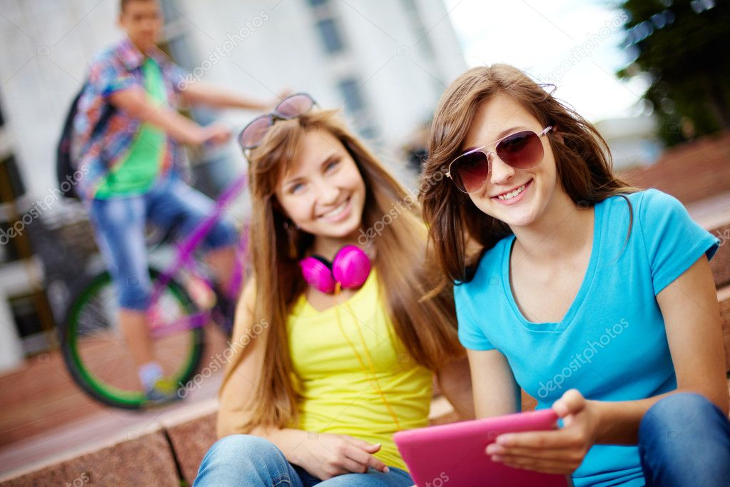 Teenagers hanging out together on a usual summer day, selective focus — Stock Photo #12515570