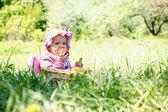 Litet barn i parken — Stockfoto