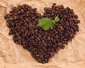 组成的咖啡和绿色叶子的心 — 图库照片