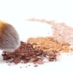 Makeup brush and eyeshadows — Stock Photo