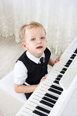 3 anos-pianista tocar música — Fotografia Stock