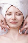 Masaż twarzy na piękną kobietę — Zdjęcie stockowe