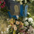 Old fake flower on grave - Stockfoto