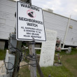 Warning sign in yard after Hurricane Katrina, New Orleans, Louisiana — Stock fotografie
