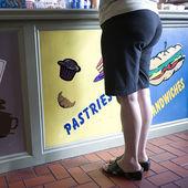 Beskuren bild av kvinnan som står framför restaurangen counter — Stockfoto