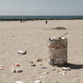 Dustbin on Venice beach, Los Angeles, California, USA — Stock Photo