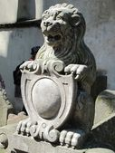 Sculpture of a lion on the old jewish cemetery in Prague — Stock Photo
