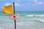 Giallo salvavita bandiera in spiaggia — Foto Stock