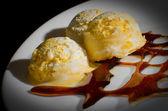 Dondurma ve karamelize şeker — Stok fotoğraf