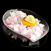 Helado de melocotón en una placa de hielo — Foto de Stock
