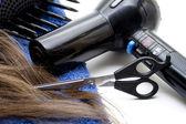 Cheveux sèche cheveux avec des ciseaux — Photo