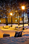 Tezgahlar ve lambalar kış geceleri — Stok fotoğraf