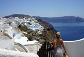 Young woman adoring Santorini — Stock Photo