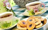 Mooie oude antieke theeservice in afscheiding stijl met biscui — Stockfoto