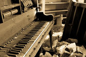 Dirty Piano With Trashed Furniture — Stock Photo