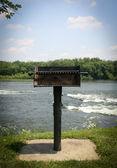 Asar a la parrilla en el río — Foto de Stock