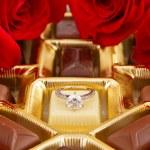 anillo de compromiso con rosas y chocolates — Foto de Stock