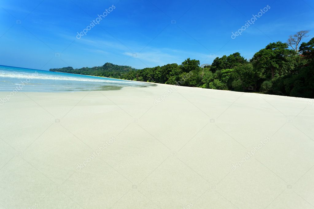 Tropical beach on a beautiful island. Andaman Sea. — Stock Photo #10768812