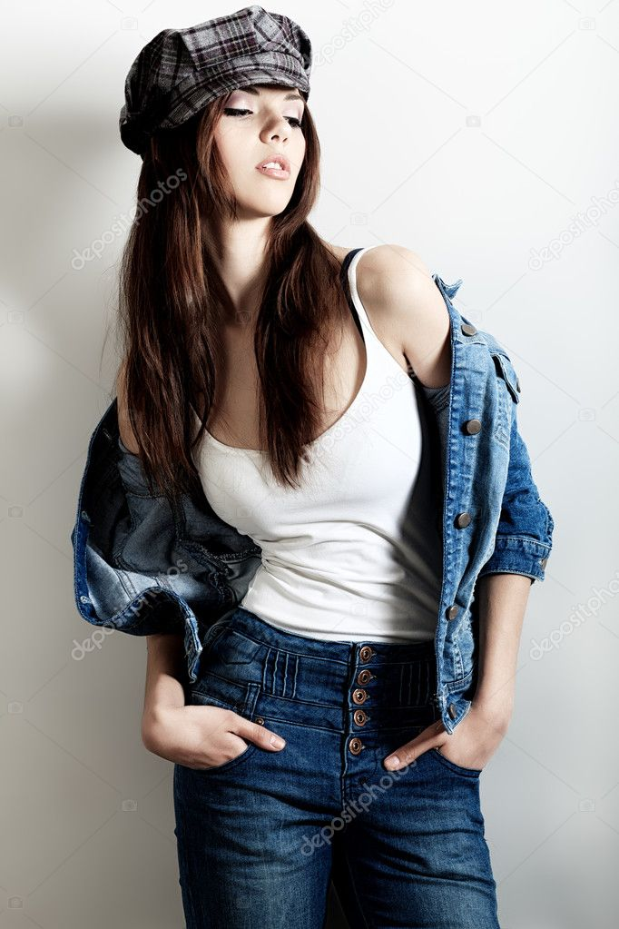 Shot of an attractive fashionable girl posing in studio. — Stock Photo #10768877