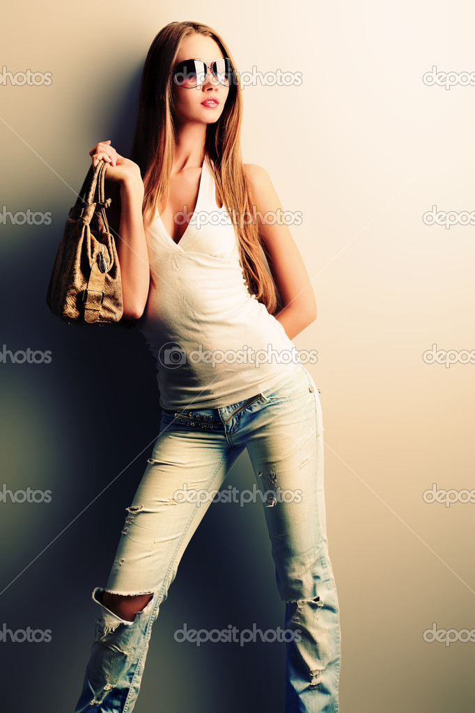 Attractive young woman posing by the wall. — Stock Photo #10846110