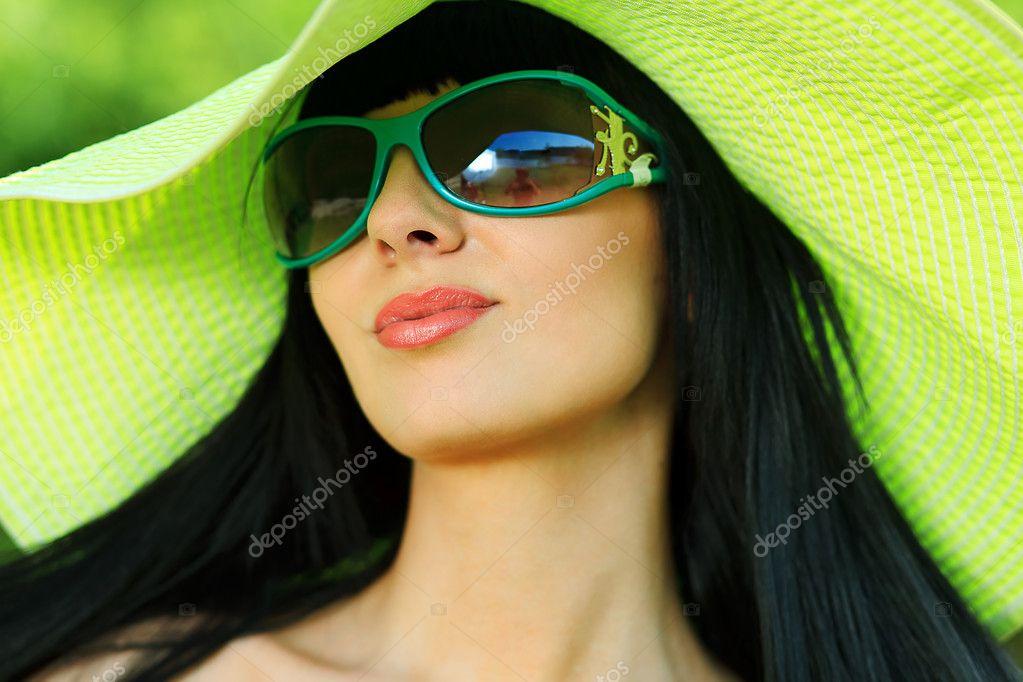 Фото брюнетки и в очках 9 фотография