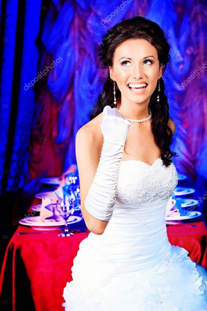 Beautiful bride in a luxurious restaurant. Vintage style. — Stock Photo #11509709