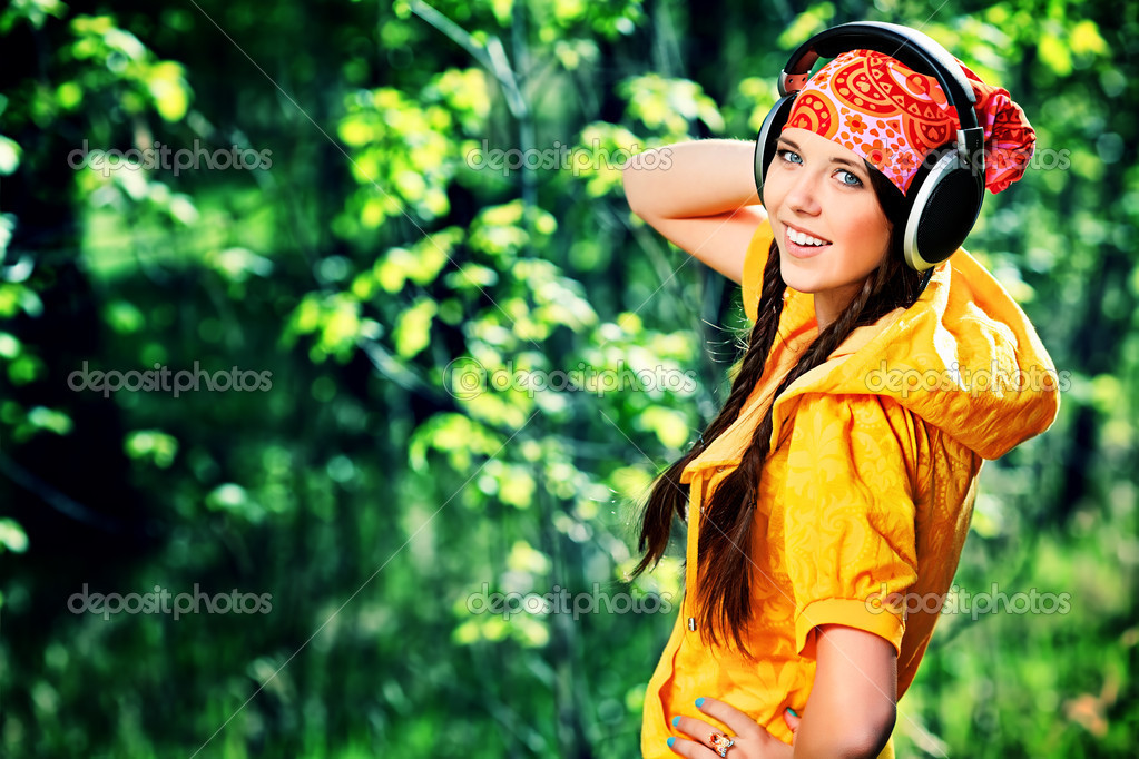 Portrait of cute summer girl listening to music outdoor. — Stock Photo #11859408