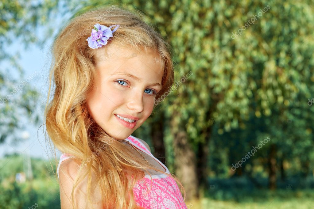 Portrait of a cute smiling girl outdoor. — Stock Photo #12196425