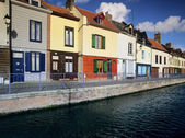 Houses next to canal or river. - amiens - the canal de la somme, somme department, picardy france — Stock Photo