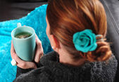 Mulher no sofá com o cobertor e a xícara de chá — Foto Stock