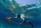 Man spearfishing for lobster in Bahamas — Stock Photo