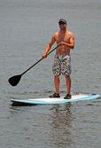 Homem a fazer exercício por paddleboarding — Foto Stock